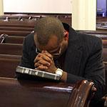 Photo man praying in silence